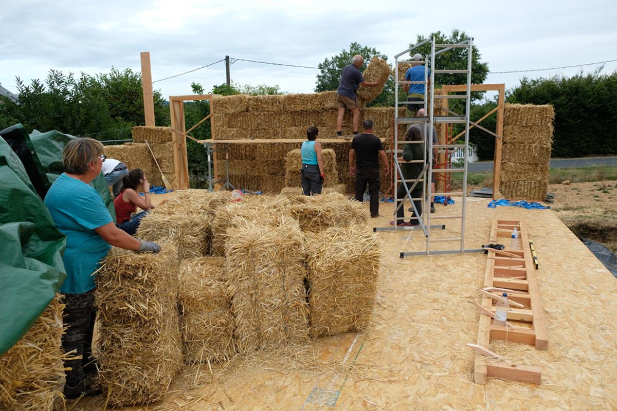 Construction d'un mur de paille porteuse